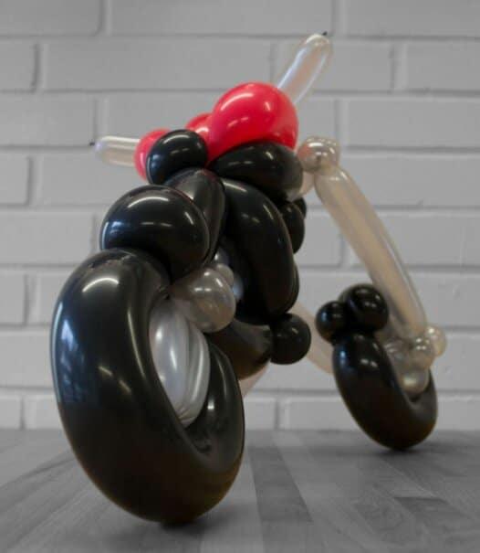 Motorrad Tourer aus Luftballons Rückansicht schräg rechts