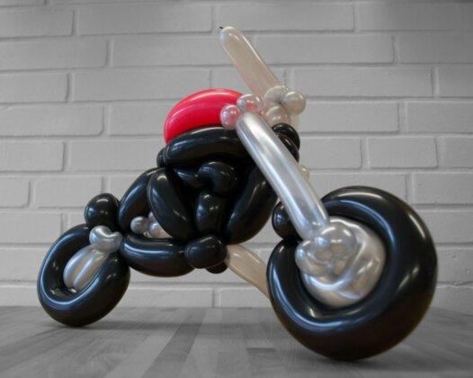 Motorrad Tourer aus Luftballons Seitenansicht rechts