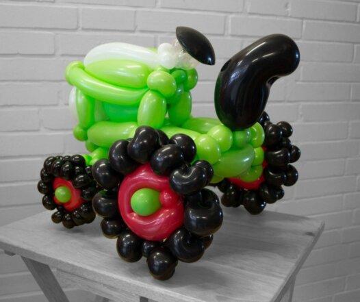 Grüner Traktor Modell aus Luftballons