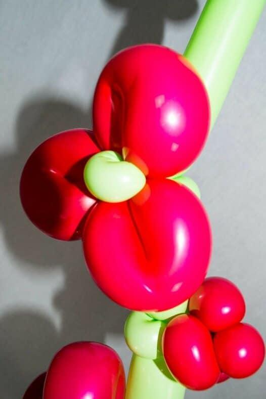 Ast mit roten Blüten Kirschblüten aus Luftballons