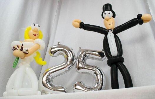 Brautpaar zur Silberhochzeit mit Zahl 25