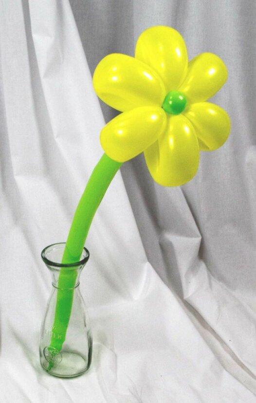 Gelbe Blume aus Luftballons