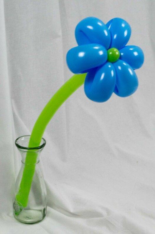 Hellblaue Blume aus Luftballons