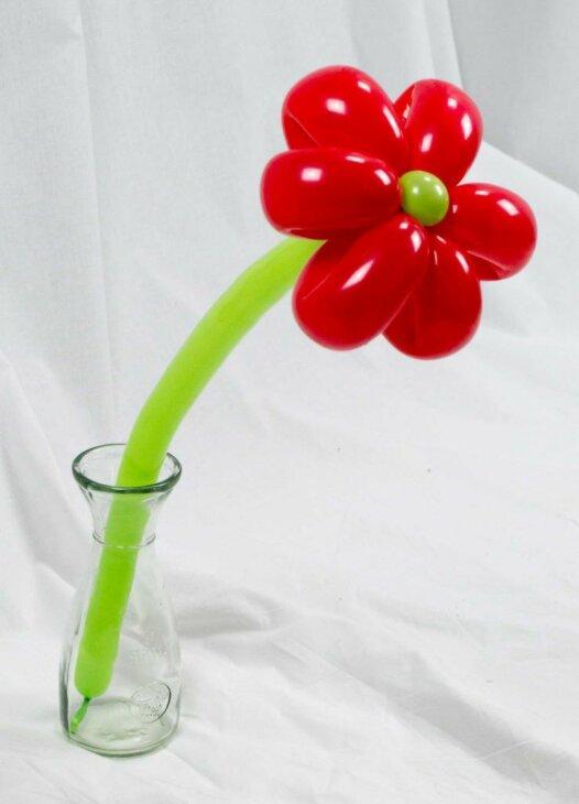 Rote Blume aus Luftballons