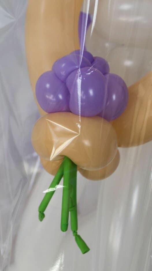 Brautpaar mit fliederfarbenem Blumenstrauss