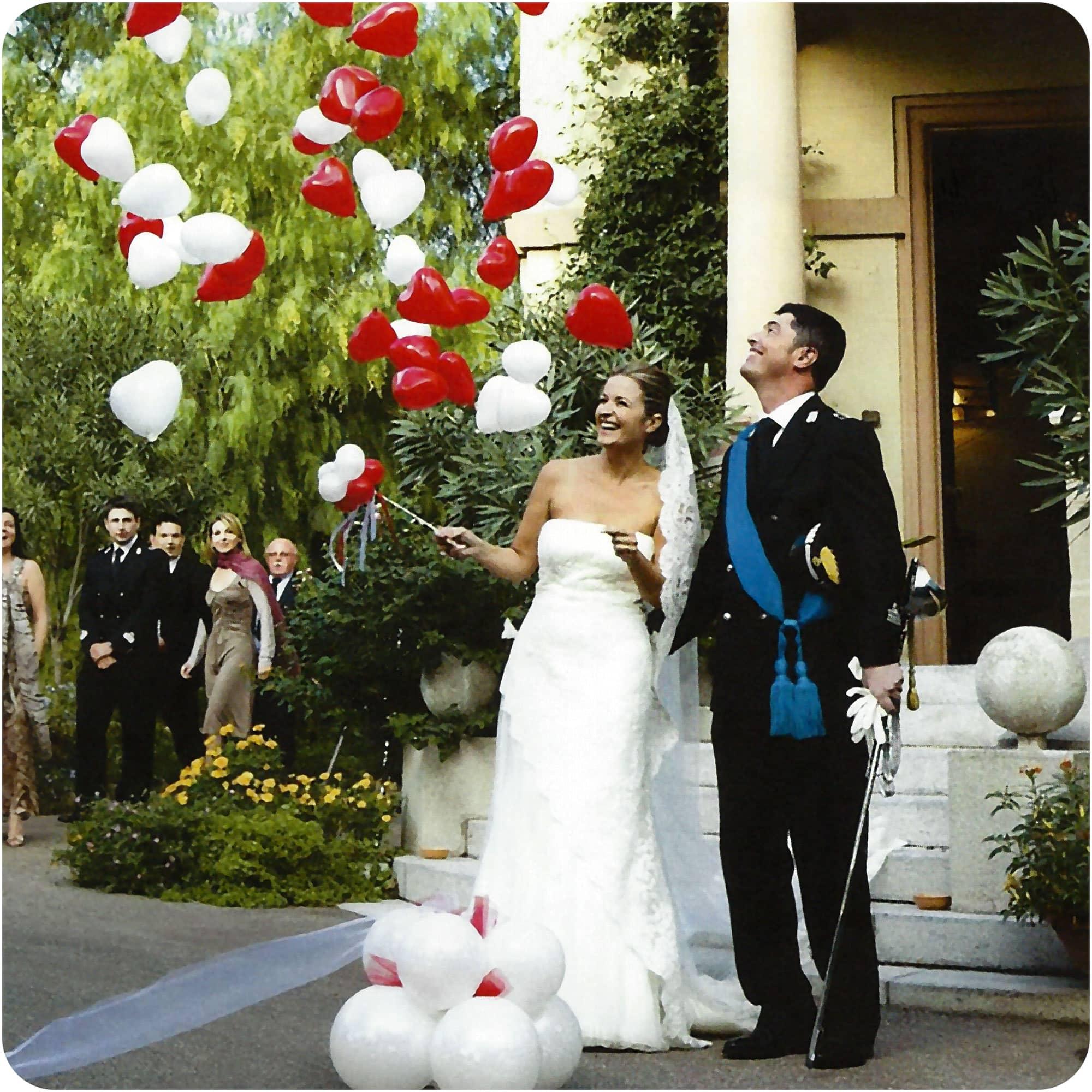 Brautpaar sticht Luftballon an platzt Herzen