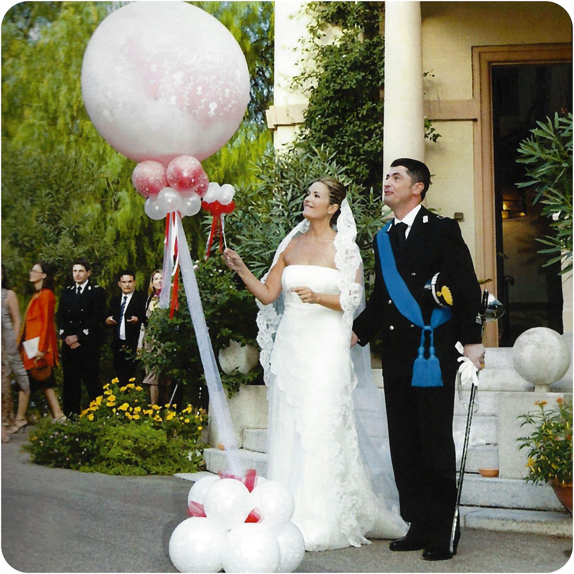Brautpaar sticht Luftballon an platzt