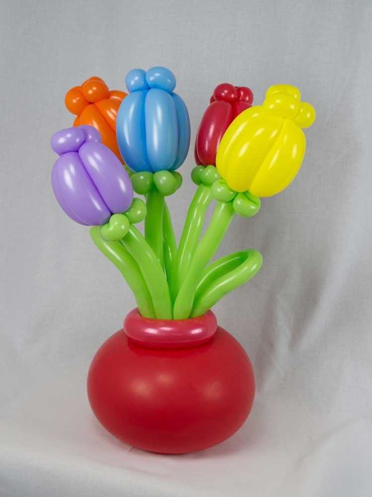 Blumen in Vase aus Luftballons