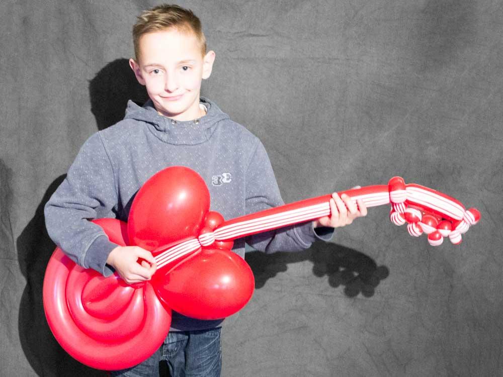 Gitarre aus Luftballons